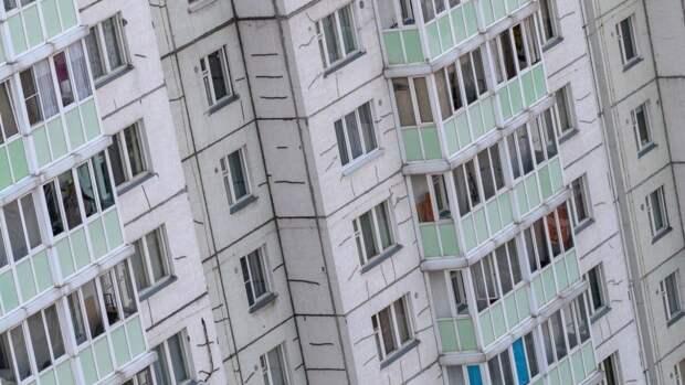 Бородатый мужчина в шортах скончался после падения с высоты в Петербурге