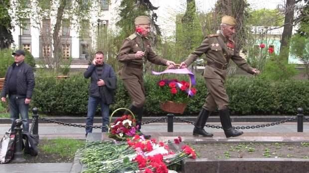 Два киевских ветерана осмелились выйти с цветами к памятнику советскому генералу