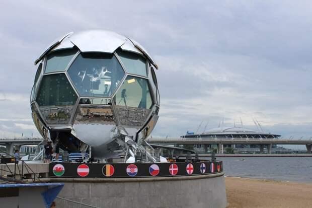 """Журналистам показали """"космический мяч"""", откуда идет трансляция матчей Евро-2020"""