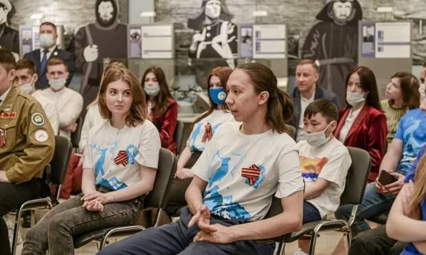 Губернатор Ямала вручил активистам патриотических движений путёвки в город-герой Севастополь