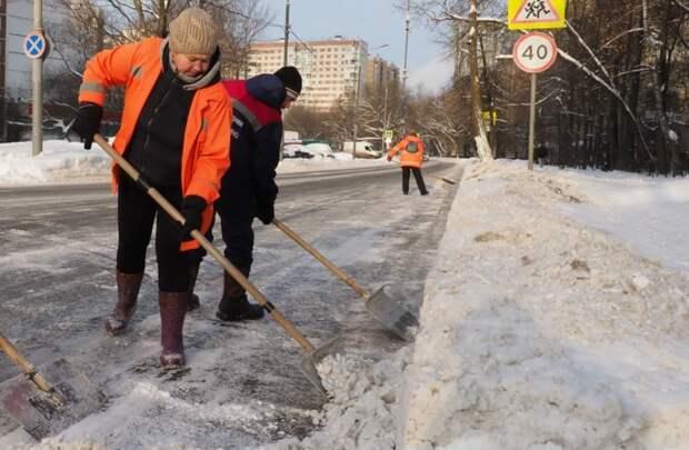 Коммунальщики убрали листву с улицы Расковой