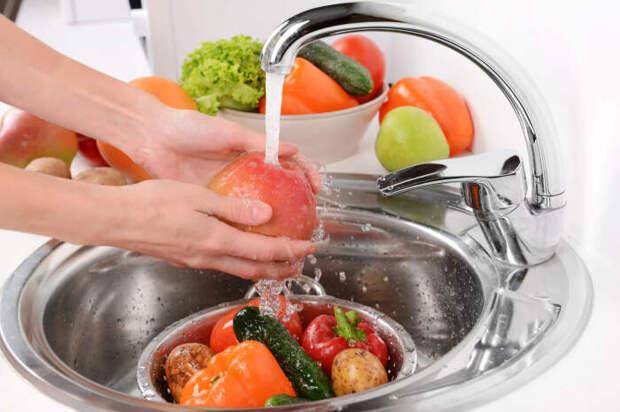 Какие продукты мыть перед употреблением вредно, а какие – обязательно, хотя многие делают наоборот
