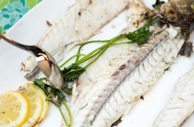 Легко чистим целую рыбу от костей: советы шефа