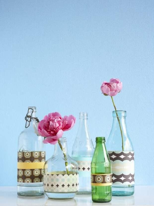 Симпатичное решение создать из обычных бутылок красивые вазы, что станут находкой.