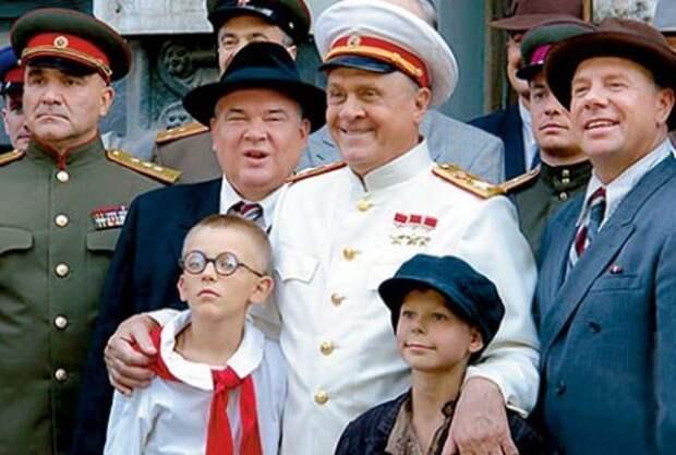 Владимир МЕНЬШОВ первый раз сыграл роль ЖУКОВА в 1992 году в фильме «Генерал», второй - в сериале «Ликвидация» (на фото он в центре)