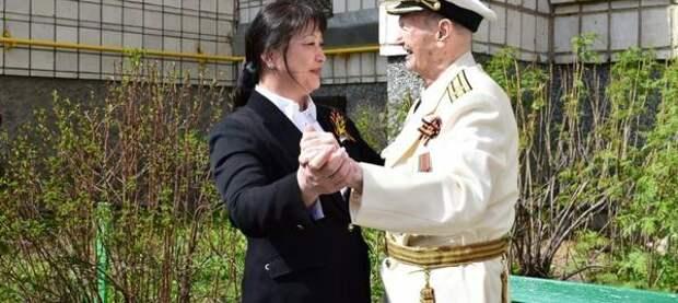 Анна Дю поздравила с Днём Победы участников Великой Отечественной войны