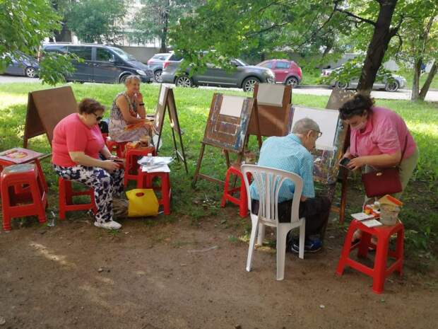 На улице 8 Марта возобновились занятия по рисованию для пенсионеров