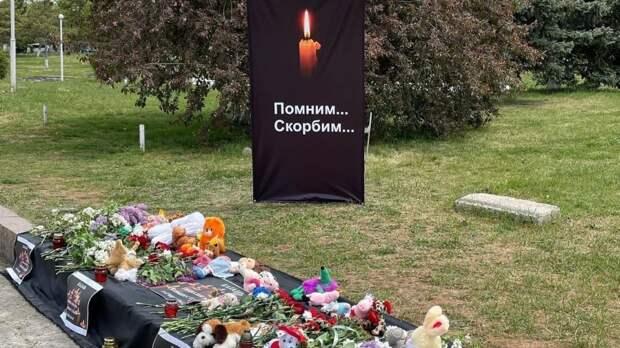 Возложение цветов у импровизированного мемориала на площади им. Ленина в память о погибших в школе №175 в городе Казани