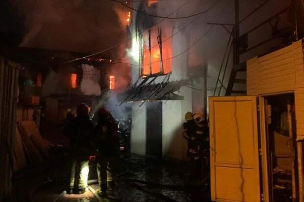 В Новой Москве горит частный дом на площади 500 квадратных метров