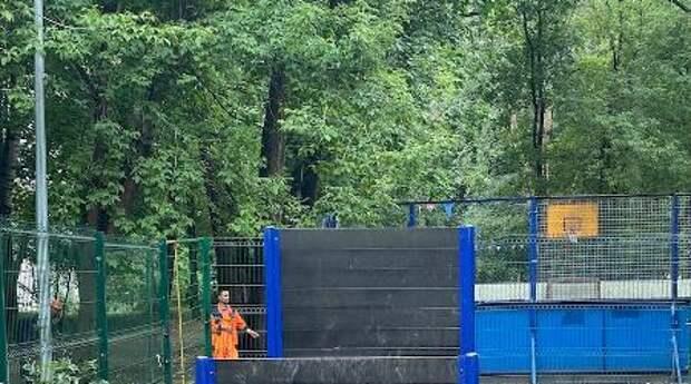 Площадку для выгула собак привели в порядок на Щукинской набережной