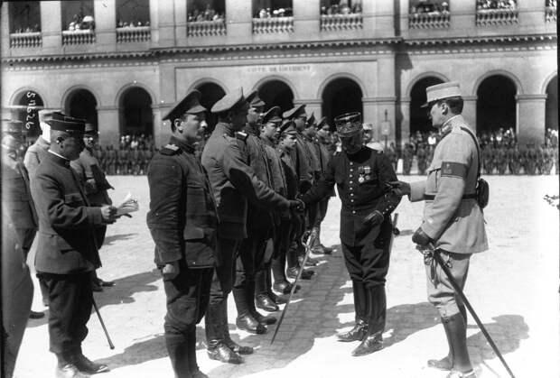 Генерал Кузен награждает бежавших из германского плена российских военнослужащих. Париж. Третья Французская республика. 1915 год.