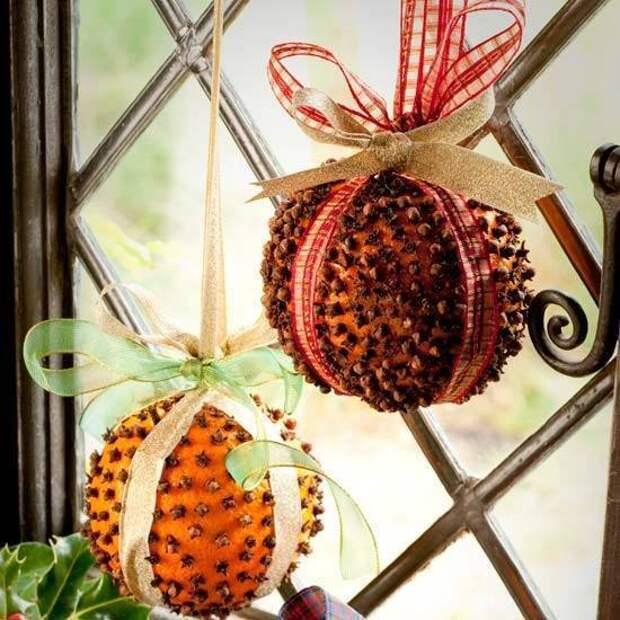 Интересная идея новогодних украшений на шпажках