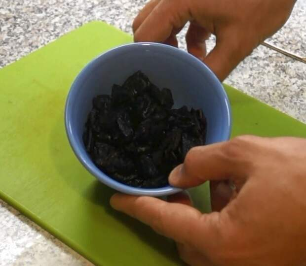 Чернослив разрезаем на 2-3 части, чтобы кусочков было много гречка, еда, каша, кулинария, кулинарное шоу, рецепт