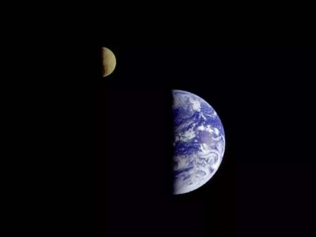 """Этот первый в истории снимок Земли и Луны в одном кадре был сделан 18 сентября 1977 года аппаратом NASA """"Вояджер-1"""" с расстояния в 11,6 миллиона километров от Земли. Credit by NASA."""