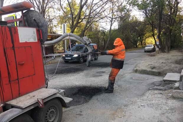 За неделю на 11 улицах Симферополя отремонтировали дороги