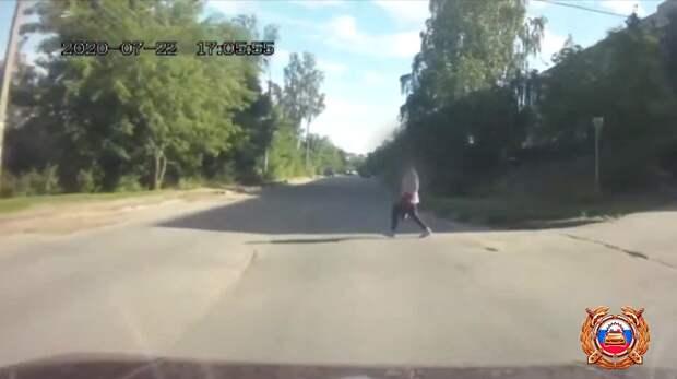 Опубликовано видео момента наезда на пешехода в Тверской области
