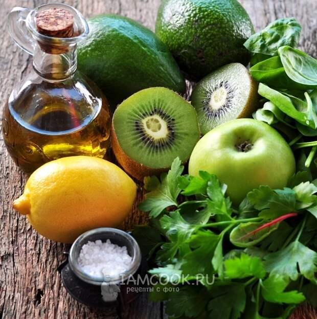 Ингредиенты для витаминного смузи из авокадо и шпината