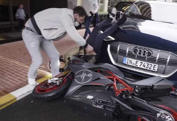 Нико Росберг упал со спортивного мотоцикла. Видео