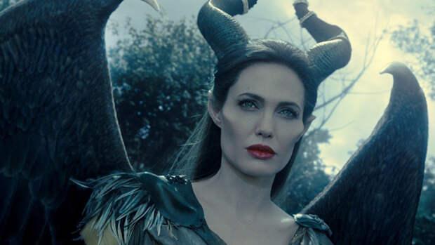 Анджелина Джоли удивила поклонников мятым балахоном и прыщами на лице