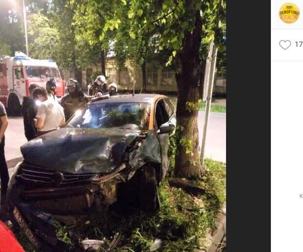Лихач разбил автомобиль каршеринга об дерево на Лапина