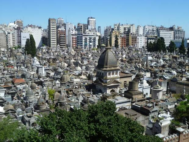 Ниж на кладбище Реколета в Буэнос-Айресе.