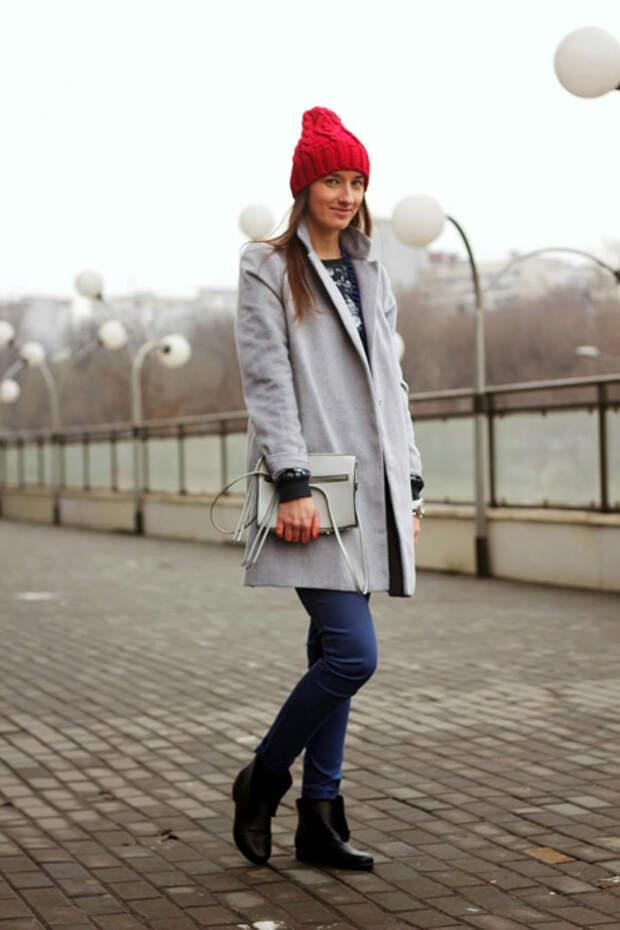 Девушка в красной шапке и светлом пальто