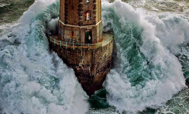 30-метровая волна накрыла маяк во время шторма, смотритель успел зайти в дверь в последний момент