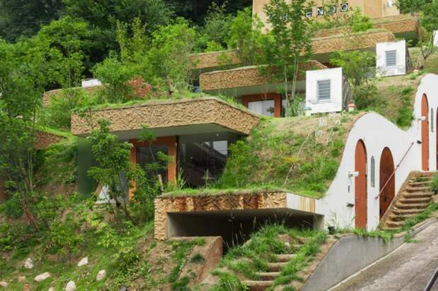Жилой комплекс встроенный в земляной ландшафт Японии (12 фото)