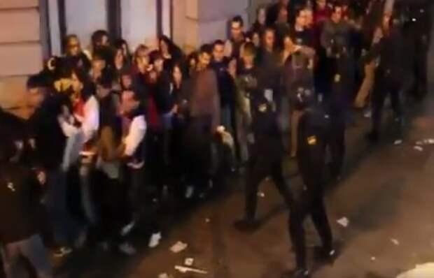 Опричники тирана избивают детей вышедших на митинг (возмутительное видео)