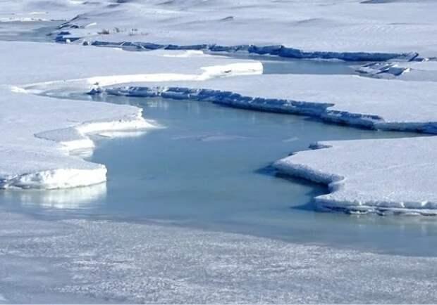 В Приморье автомобиль с семьей из пяти человек провалился под лед