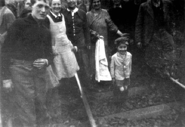 Маленькая девочка в окружении взрослых людей.