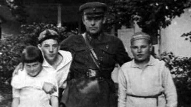 10 Власик с детьми Сталина.jpg