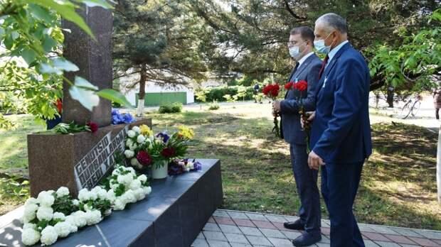 Возложили цветы к памятному знаку в пгт.Нижнегорский по случаю Дня памяти жертв депортации народов Крыма