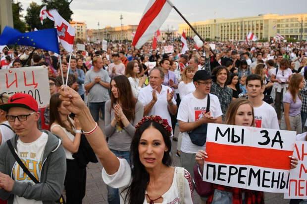 В Минске протестующие начали строить баррикады