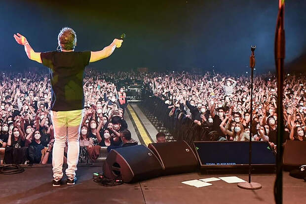 Тысячи зрителей посетили шоу в Барселоне после теста на COVID