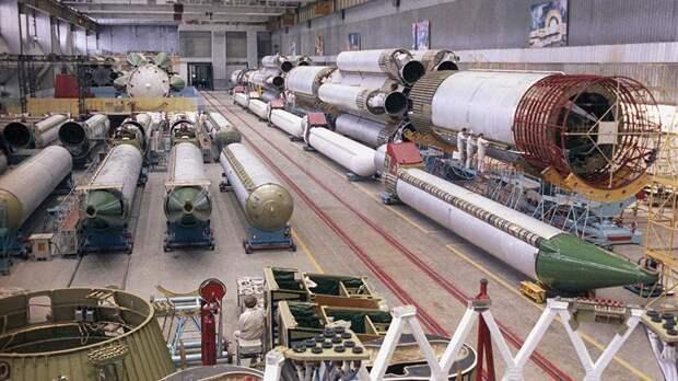 В цехе сборки ракетоносителя «Протон». Машиностроительный завод имени М.В. Хруничева.1989 год