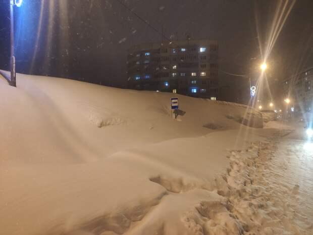 В Норильске обильный снегопад завалил автомобили по крыши