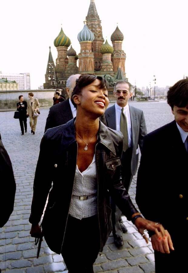 Модель, актриса и просто красавица Наоми Кэмпбелл на Красной площади в Москве, 21 апреля 1995 года
