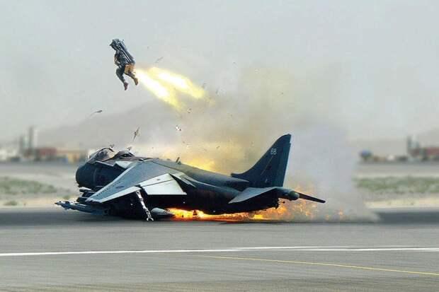 Конец F-22: США отказываются от «самого золотого самолета», но заказывают костюмы для беременных пилотов