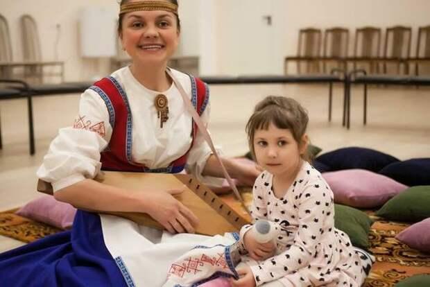 В мурманской филармонии малыши познакомились с чарующим инструментом кантеле. Дети стали участниками интерактивного концерта по мотивам сказки «Теремок»
