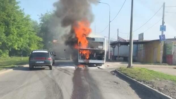 Загоревшийся вРостове-на-Дону автобус спассажирами попал навидео