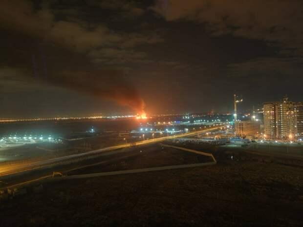 Крупный пожар разгорелся вблизи аэропорта Петербурга. Видео