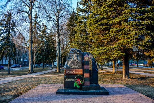 Тверской фотограф показал историю памятника сержанту Владимиру Елизарову