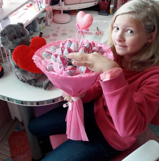 букет из киндер сюрпризов шоколадных яиц для девочки