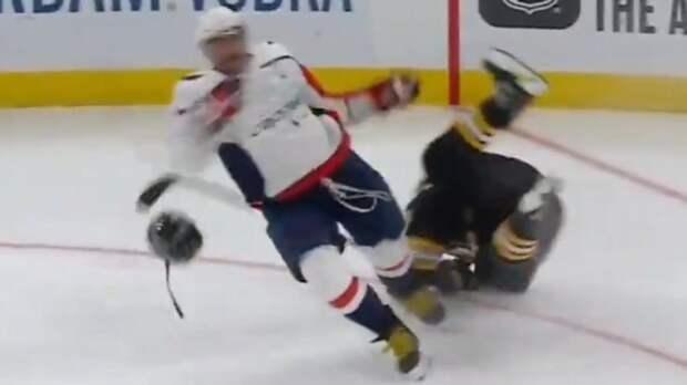 Овечкин в ярости! Он так сильно ударил канадского хулигана Маршанда, что тот рухнул на лед и потерял шлем: видео