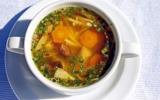 Диетологи включили суп с лапшой в перечень вредных для желудка