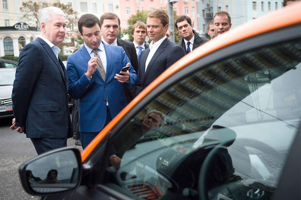 Собянин повышает ставки, теперь обещает разыграть среди вновь привившихся автомобили