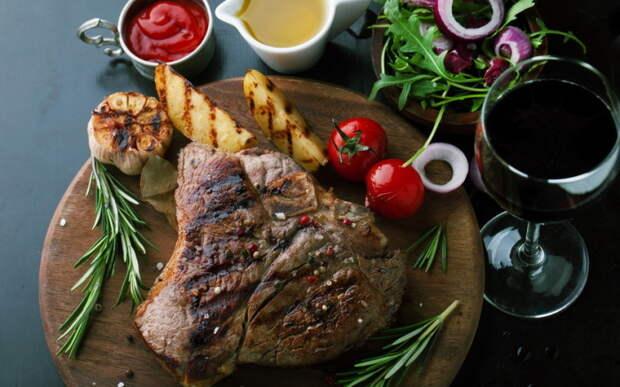Мясо на гриле на углях.