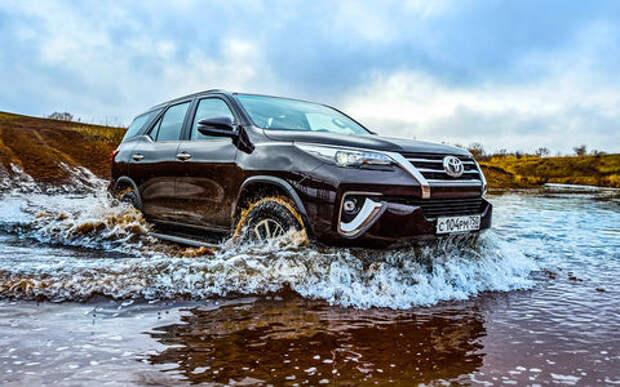 Toyota привезла в Россию бензиновый Fortuner: теперь дешевле и проще