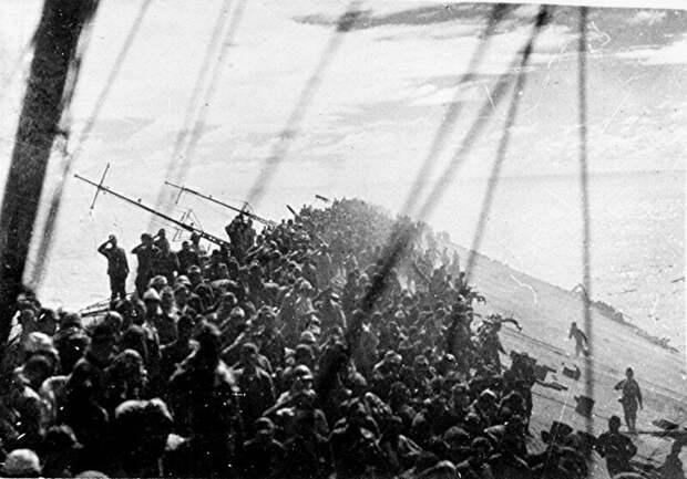"""На фото - тонущий японский авианосец """"Дзуйкаку"""", подбитый в 1944 году в водах Филиппинского моря."""